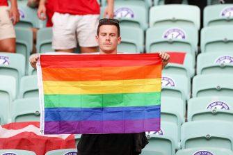 مصادره پرچم دگرباشان طرفدار تیم دانمارک در استادیوم فوتبال آذربایجان